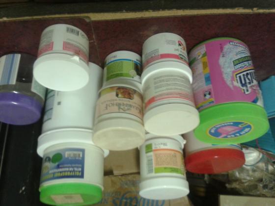Podarim več kot 20 plastičnih posodic od raznih mazil-maž.